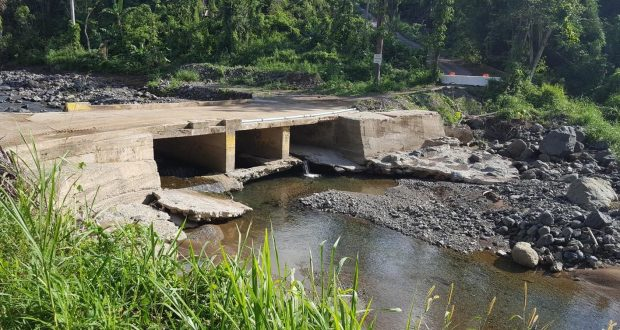 Puente del sector Vara de Perro en el barrio Sierra Baja de Guayanilla durante el paso del huracán María en septiembre de 2017. (Suministrada)