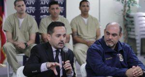 El secretario del Departamento de Corrección y Rehabilitación, Erik Y. Rolón Suárez, junto al director ejecutivo de la Autoridad para el Financiamiento de la Vivienda, Edwin R. Carreras Rivera.