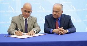 El director administrativo de la Administración de los Tribunales, Sigfrido Steidel Figueroa, y el presidente interino de la PUCPR, Leandro Colón, firmaron el acuerdo colaborativo. (Suministrada)