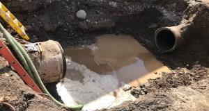 La avería en la línea de aguas crudas de 36 pulgadas de diámetro en Ponce que discurre paralela a la PR-9 dejó sin servicio a 37 abonados. (Twitter / Acueductospr)