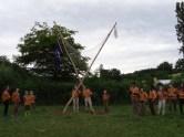 ... On lève les drapeaux, l'un logo EEDF sur fond blanc aux couleurs de l'association, l'autre violet et blanc aux couleurs du scoutisme mondial...
