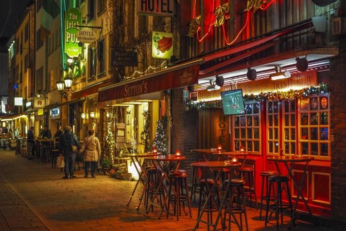 Het begin van de avond in de Altstadt van Düsseldorf. Een bezoek aan het oude gedeelte van de stad mag niet ontbreken tijdens je voetbalreis naar Düsseldorf.
