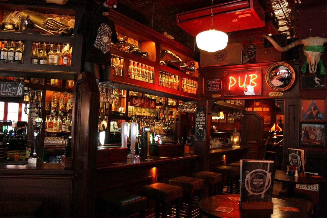 De binnenzijde van een typische Iers Pub in de hoofdstad Dublin. Dit soort pubs zijn perfect voor je voetbaltrip naar Dublin.