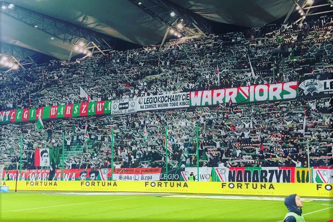 Het Woskja Polskiego van Legia Warschau. De harde kern van Legia Warschau laat zich weer van zijn beste kant zien door een erg sfeervol stadion te creeëren.