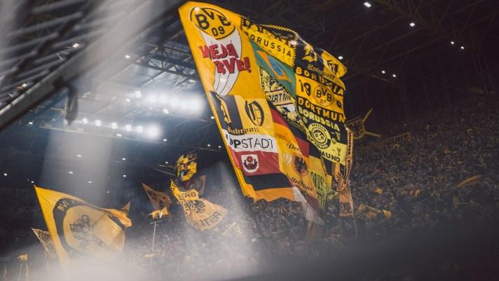 De Gelbe Wand in actie tijdens een wedstrijd van Borussia Dortmund. Voor een perfecte voetbalreis naar Dortmund kun je het best op de Gelbe wand staan.