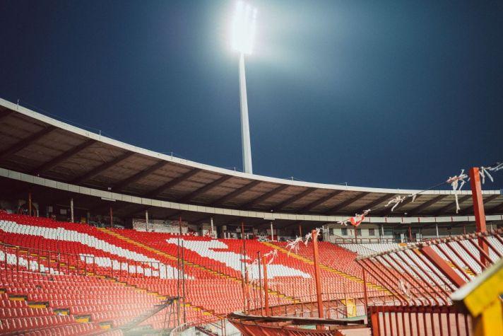 Tribunes van het Rajko Mitic Stadion, thuishaven een Rode Ster Belgrado. Tijdens je voetbalreis naar Belgrado moet je deze wedstrijd hebben meegemaakt!