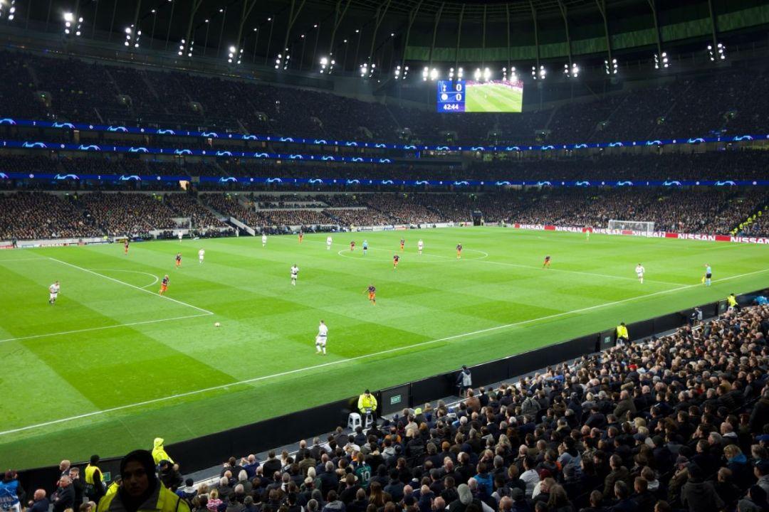 Tottenham Hotspur Stadium biedt het decor voor de North Londen Derby. De wedstrijd Tottenham Hotspur - Arsenal zal in de toekomst hier veel afgespeeld gaan worden. Het bezoeken waard tijdens je voetbalreis naar Londen.