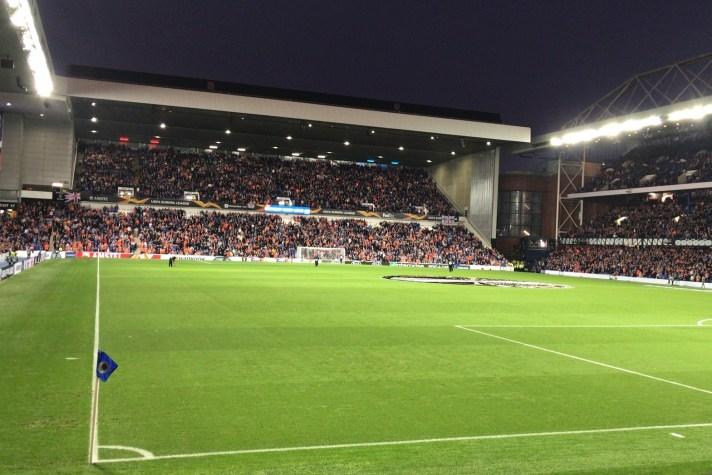 Een gevuld Ibrox Stadium tijdens een Europacup wedstrijd. Het stadion van Glasgow Rangers is erg berucht en perfect voor je stedentrip naar Glasgow.