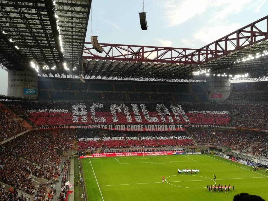 Een TIFO actie van AC Milaan supporters die zich achter hun voetbalclub AC Milaan schaart. De supportersgroep bam AC Milaan gaat onder de naam Curva Sud. Uiteraard de tegenhanger van de Curva Nord van Inter Milaan.