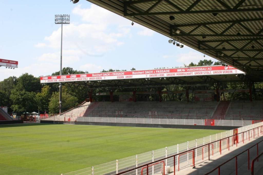 Afbeelding van de korte zijde in het Stadion an der Alten Forsterei. Hier staat ook de fanatieke aanhang van Union Berlin.