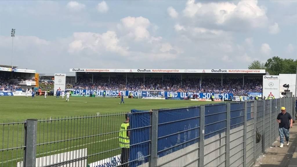 Aanvang van de kampioenswedstrijd SF Lotte-1. FC Maagdenburg. Een ware invasie van Maagdenburg voetbalsupporters in het Duitse dorpje Lotte.
