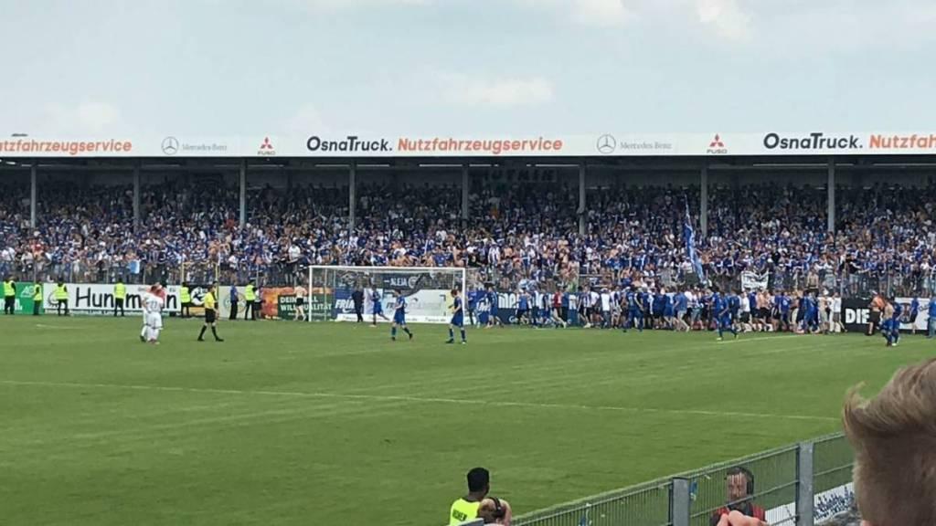 De supporters vieren het late doelpunt met de spelers van 1. FC Maagdenburg. Door het doelpunt werden ze kampioen van de 3. Bundesliga.