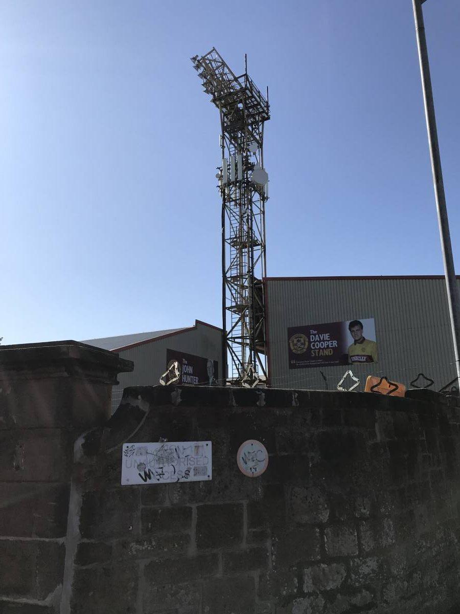 De floodlight/Lichtmast van het voetbakstadion Fir Park. Een heerlijke foto vanaf buiten het voetbalstadion genomen.