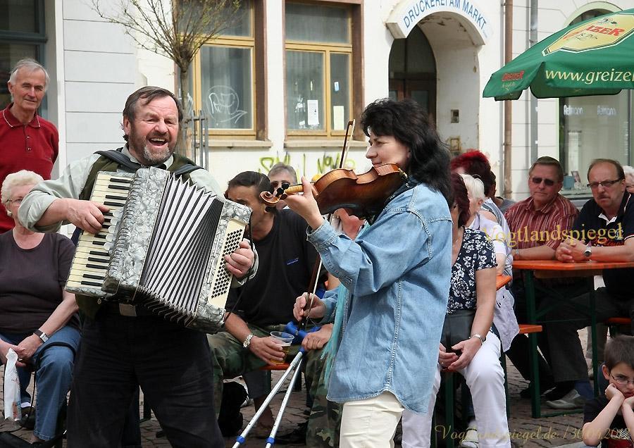 Fest rund um das Aufstellen des Maibaums auf dem Greizer Markt.