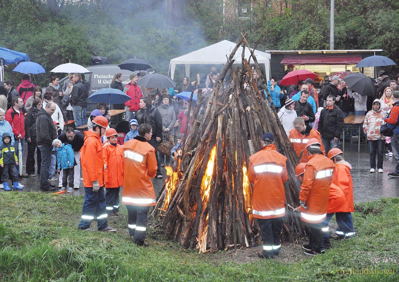 Maifeuer der Freiwilligen Feuerwehr Greiz am der Weißen Elster
