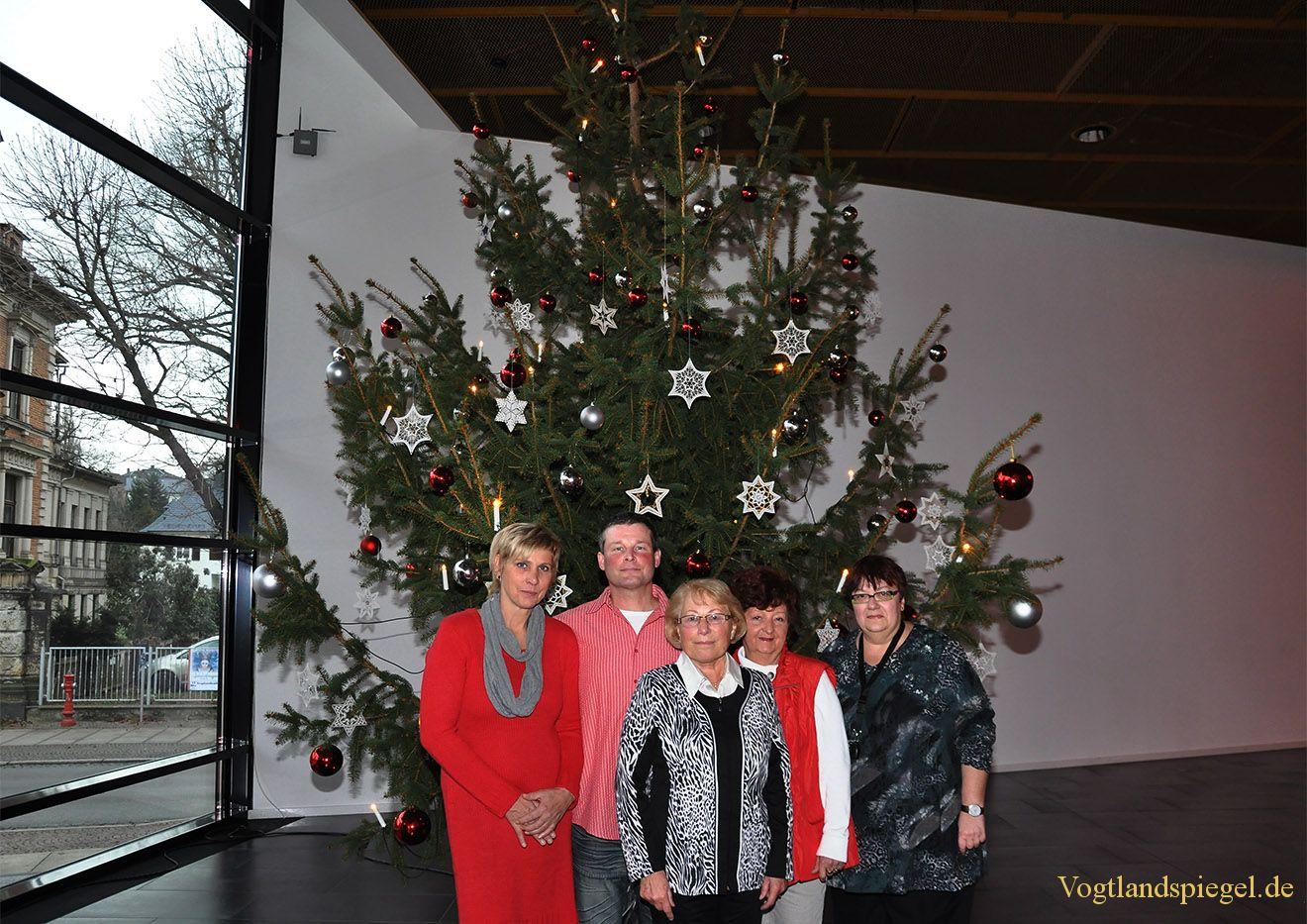Prächtiger Tannenbaum in Vogtlandhalle Greiz erstrahlt