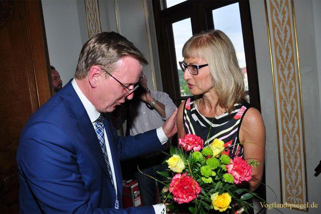 Ines Watzek überreicht Bodo Ramelow einen Blumenstrauß.