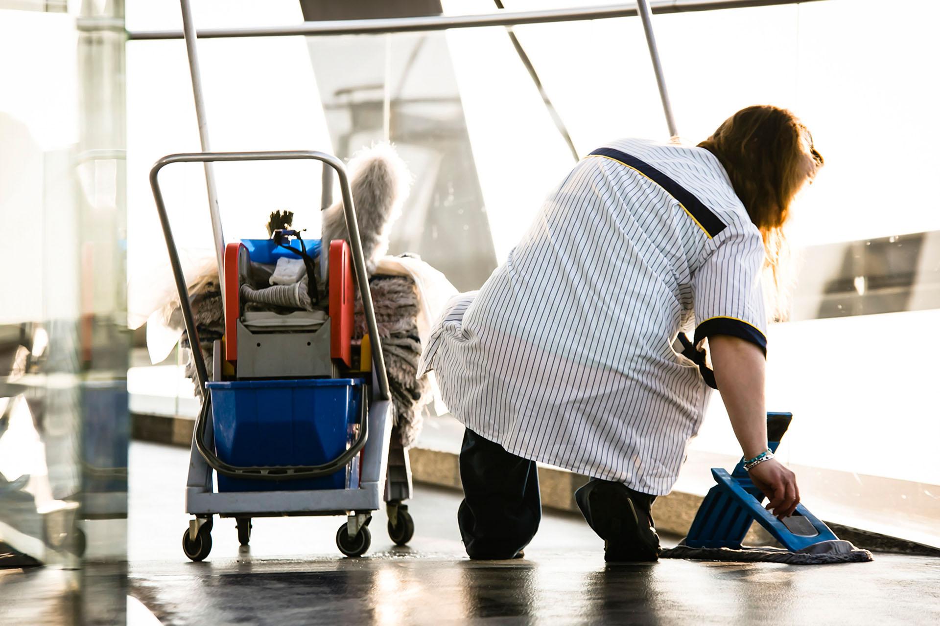 """Reinigungskräfte sind auf jeden Euro angewiesen. Jetzt wollen ihnen die Arbeitgeber Zuschläge und Urlaubstage streichen. Die Gebäudereiniger-Gewerkschaft IG BAU spricht von einem """"Schlag ins Gesicht"""" der Beschäftigten – und ruft zu einem """"heißen Sommer"""" in der Branche auf."""