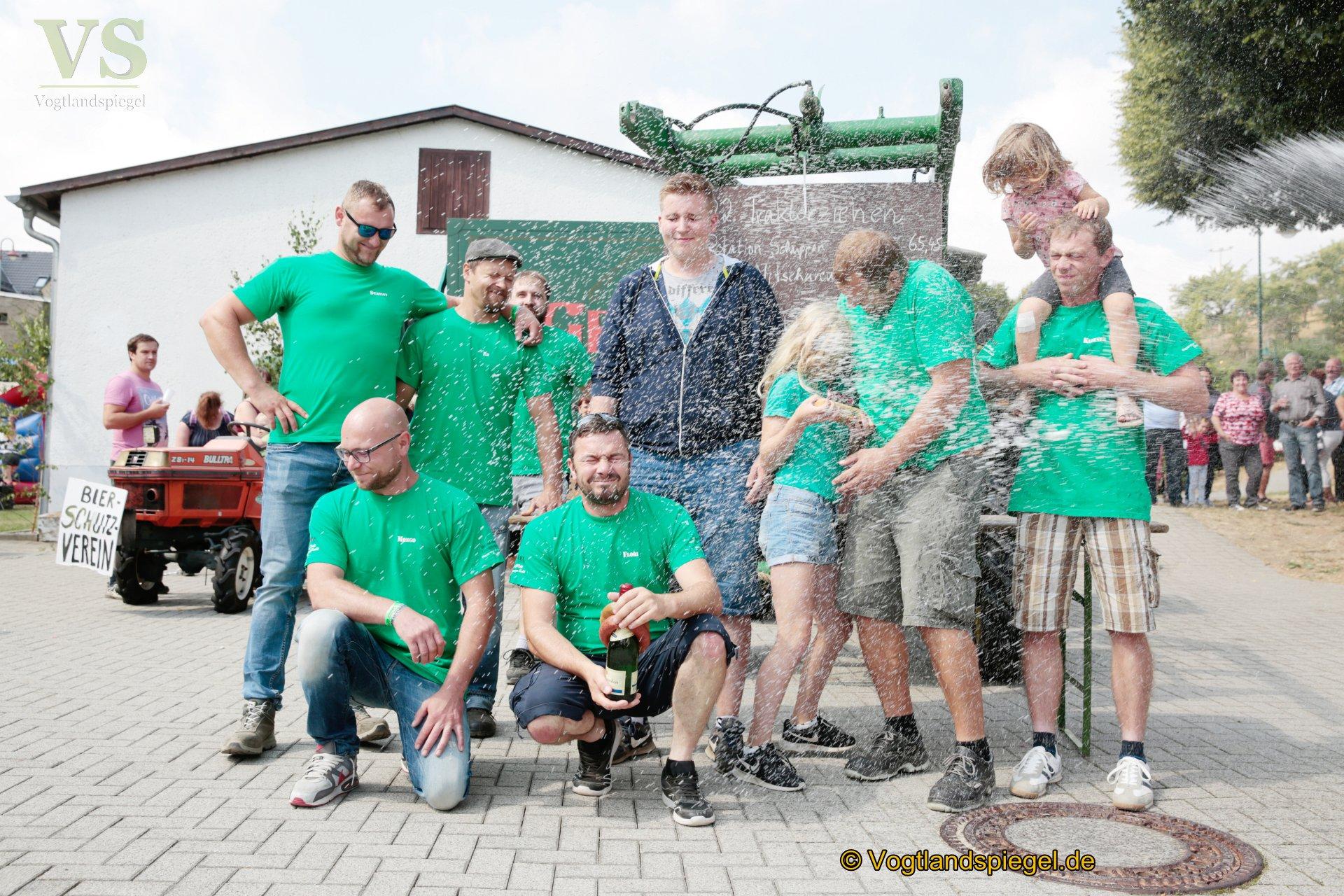 Beim Traktorziehen galt es, das dreieinhalb Tonnen schwere Gefährt die achtprozentige Steigung der Ortsstraße soweit wie möglich hochzuziehen. 1.Platz für das Team aus Neugernsdorf