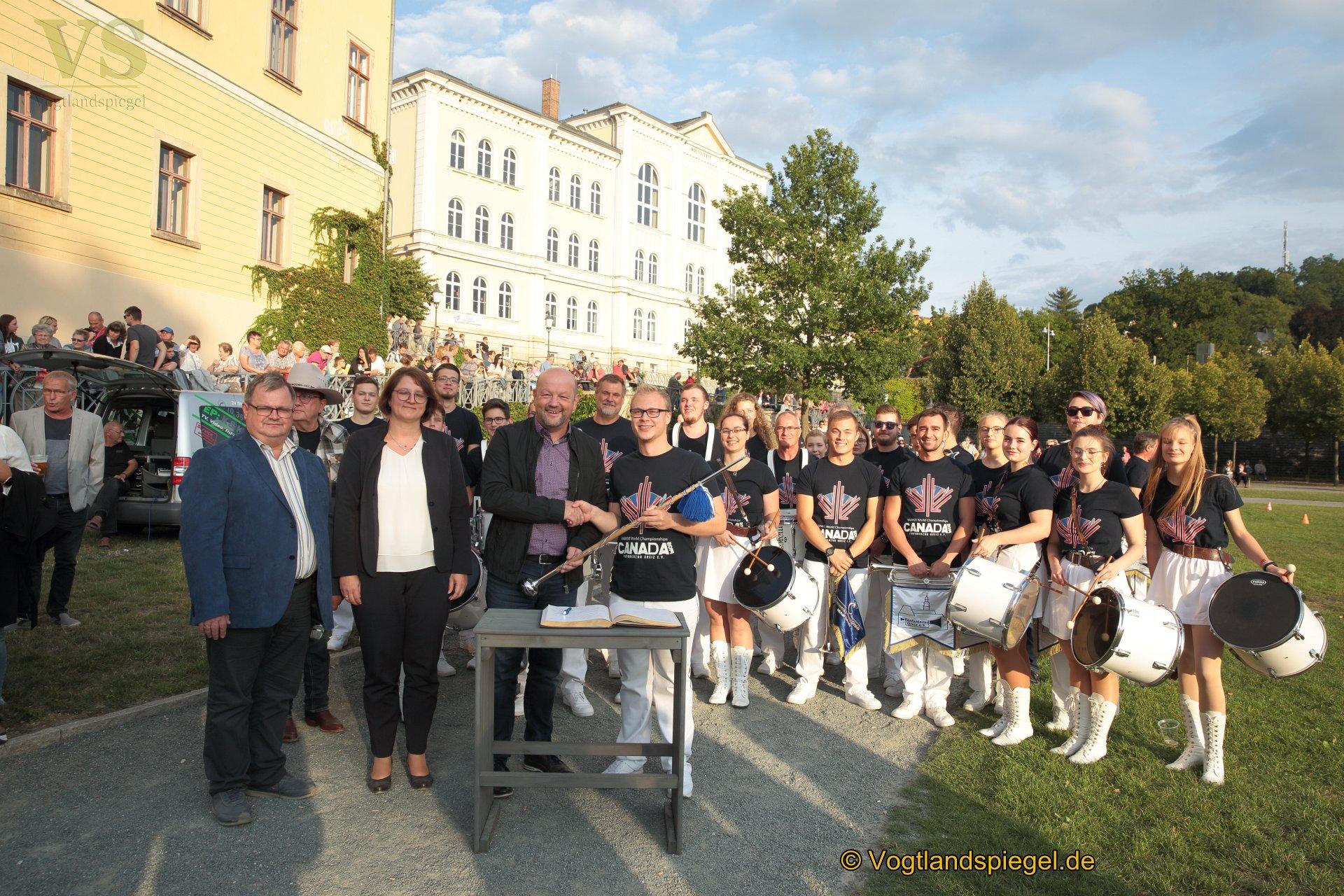 Präsentation ihres Weltmeisterschaftsprogramms zeigte der Greizer Fanfarenzug im Greizer Schlossgarten und schrieb sich ins goldene Buch der Stadt Greiz ein.