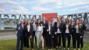 Vorstandsvorsitzender Markus Morbach, Vorstandsmitglied Sören Albert und Ausbildungsleiterin Heinke Beyer begrüßen die elf neuen Auszubildenden in der Sparkasse Gera-Greiz. (Foto: Sparkasse Gera-Greiz/Daniela Pfeiffer)