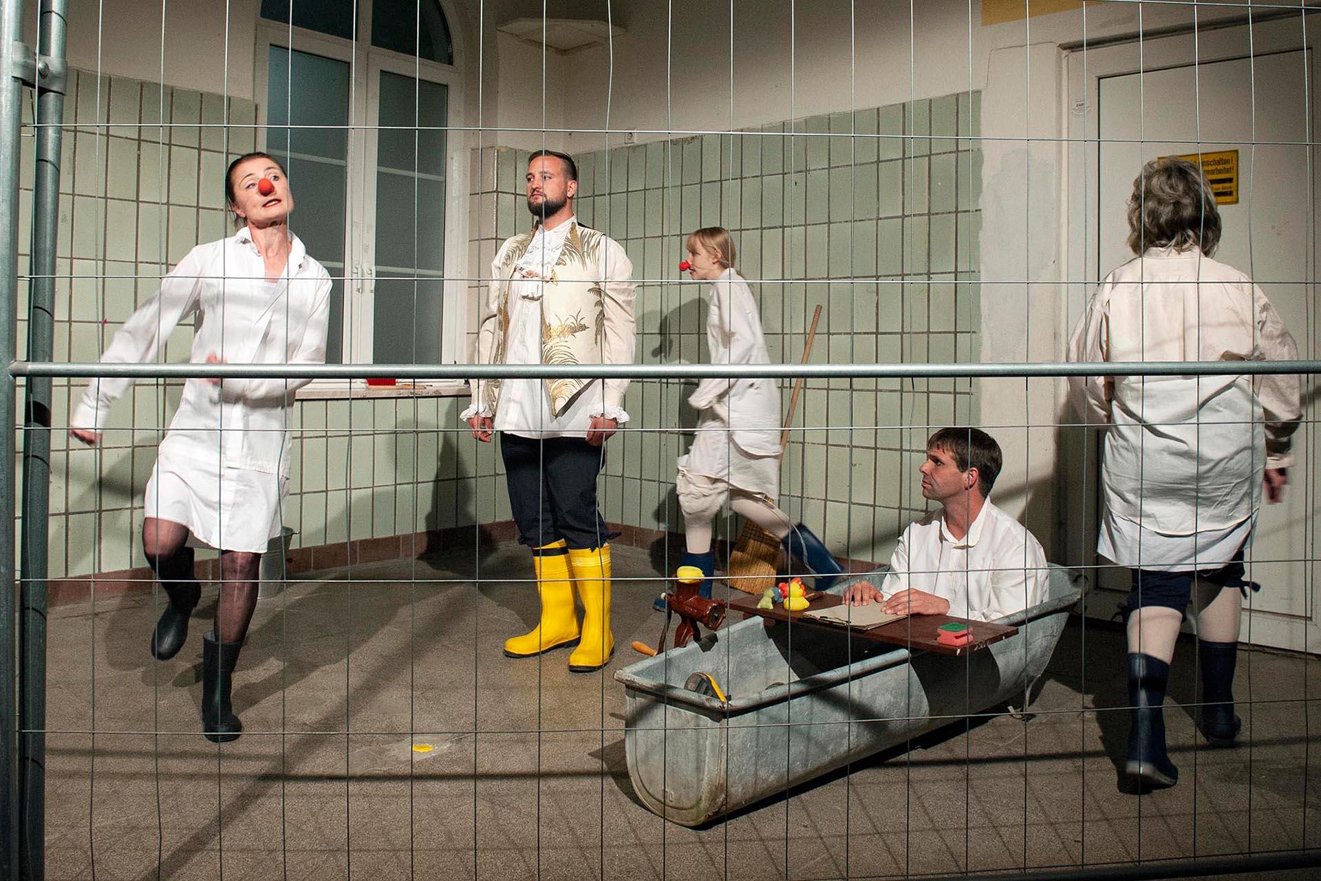 """Hommage an die Schauspielkunst: Mit der unter Leitung von Georg Peetz, Falkensee, entstandenen Inszenierung """"Marat/Sade"""" liefern die Mitwirkenden der Schauspielwerkstatt des Greizer Theaterherbstes ein grandioses Husarenstück ab."""