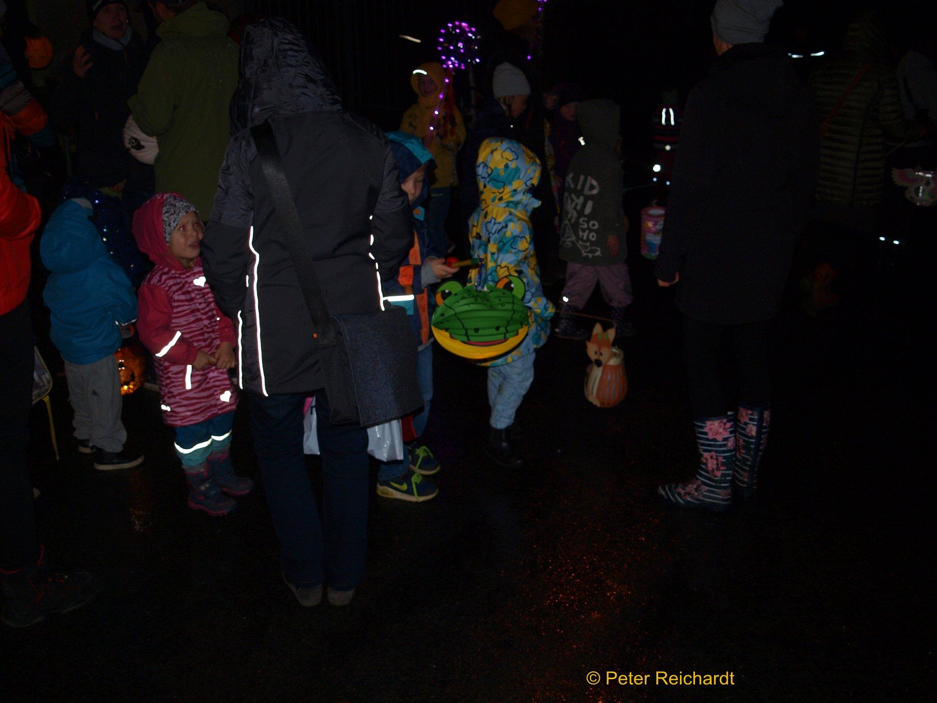 """Mit bunten Lampions durch Gommla ziehen, das gehört einfach dazu beim Lichterfest des Kindergartens """"Waldwichtel""""."""