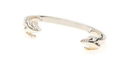Deu bode: o bracelete de Paula Velloso é banhado a prata e tem os animais nas extremidades.