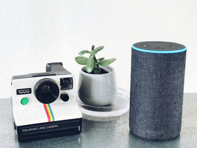 Alexa und Polaroid - Photo by Status Quack on Unsplash