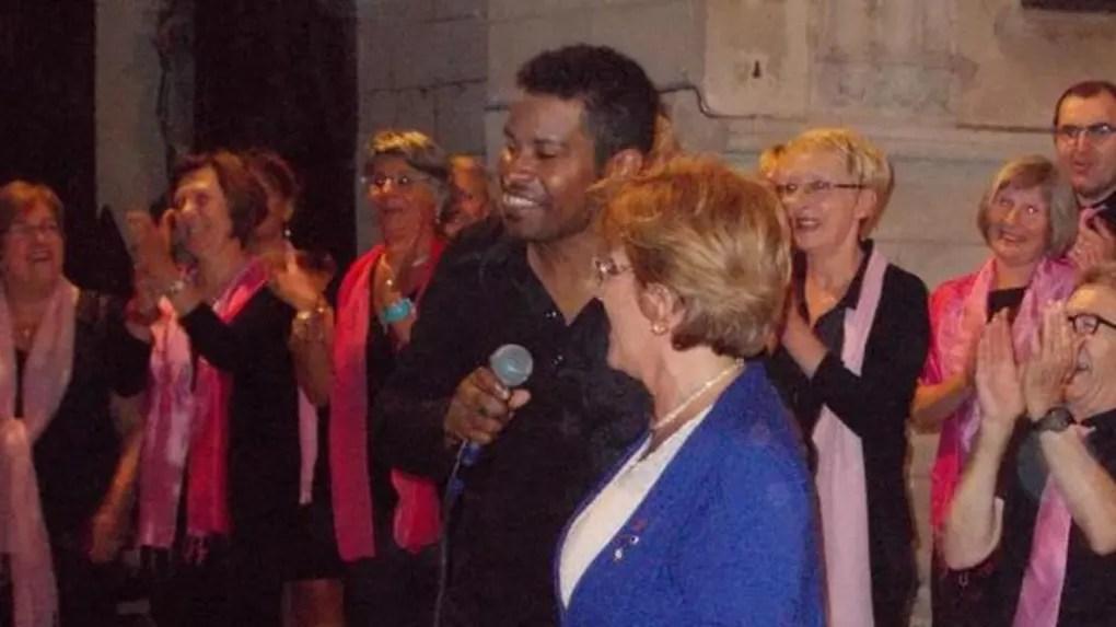 Le chef de chœur a réussi à faire chanter tout le monde, même Angélique Delahaye, le maire.