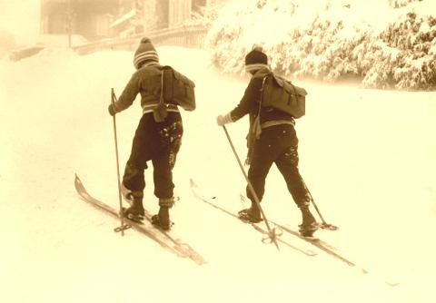 2_Kids_on_old_skis