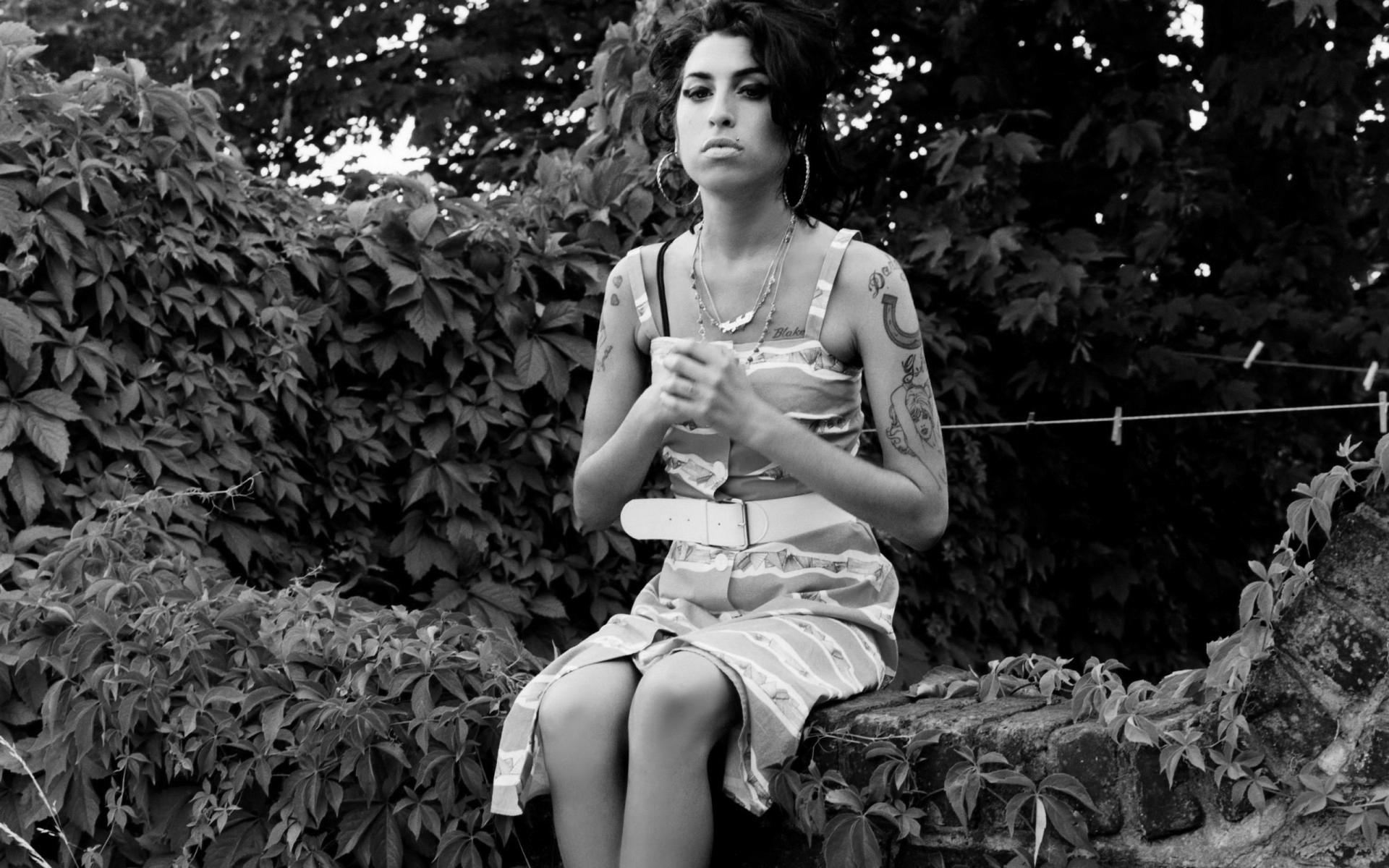 gray_amy_winehouse_girl_tattoo_fence_dress_hd-wallpaper-1581