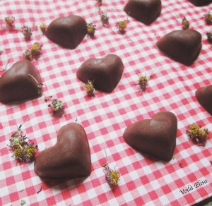 bombones-crudiveganos-manteca-cacao-sirope-agave-avellanas-datiles-cacao