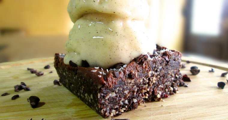 Brownie crudivegano con helado de paraguaya a la vainilla