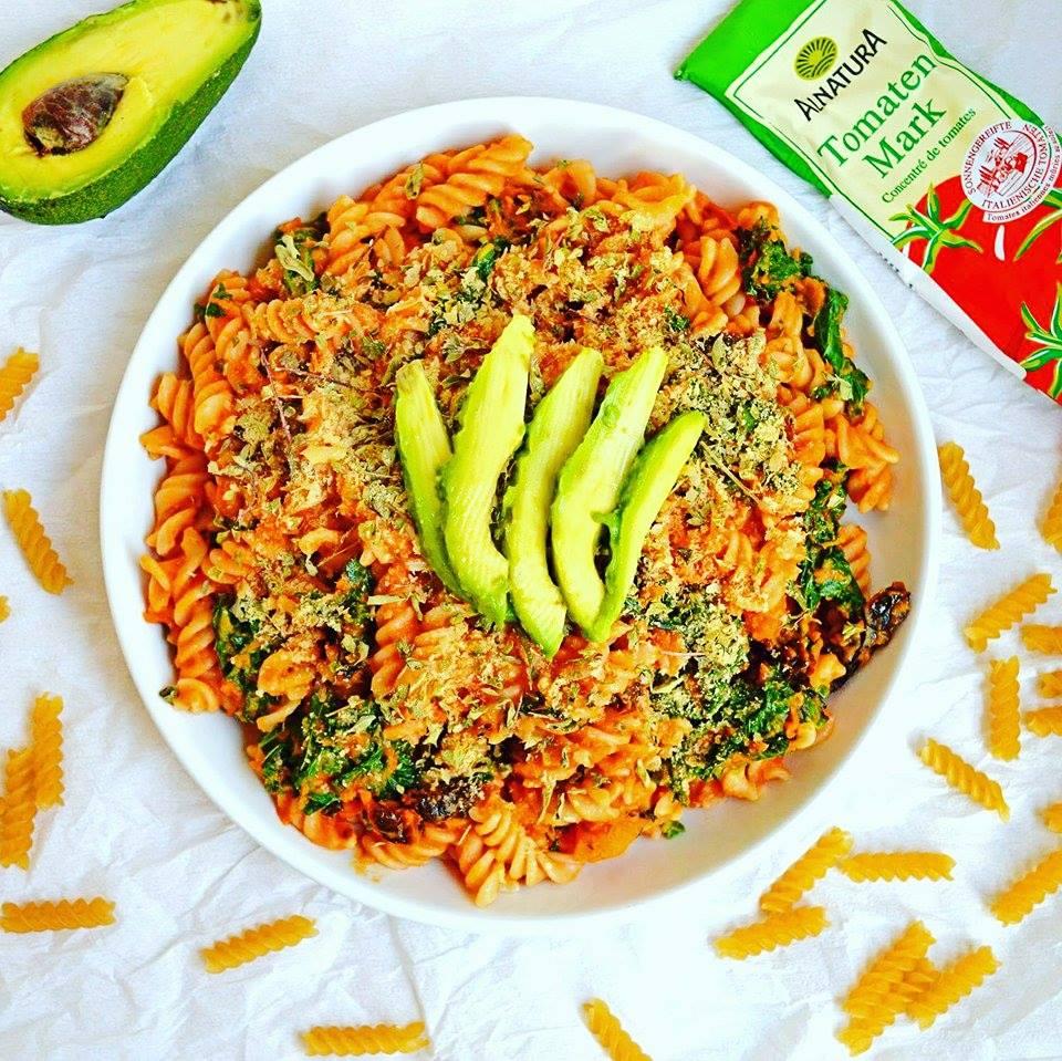 pasta_sin_gluten_salsa_tomate_kale_masajeado