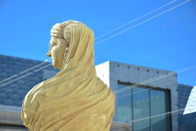 estatua patio aduana museo de málaga