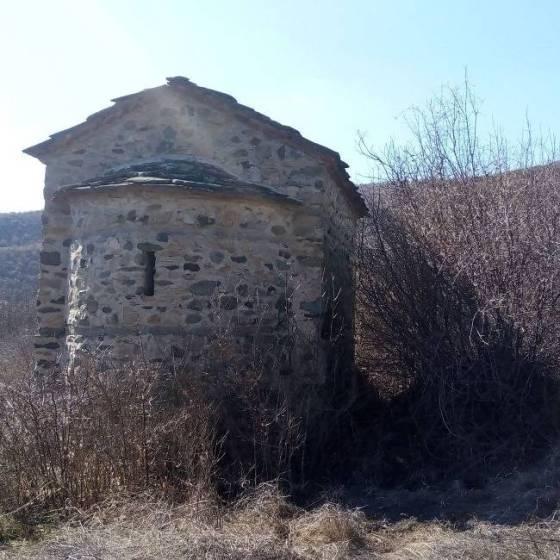 """На около 3 км северозападно от село Раждавица, Кюстендилско, се намира малката църква """"Успение Богородично"""". Разположена е на десния бряг на река Струма, в местността Селище и е обявена за паметник на културата от национално значение."""
