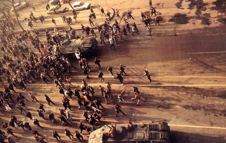 Romanian_Revolution_1989_Demonstrators.jpg