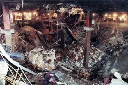 Атентатът от 1993 г. образува дупка с височина 4 етажа и ширина половин футболно игрище в Кула 1 на Световния търговски център.