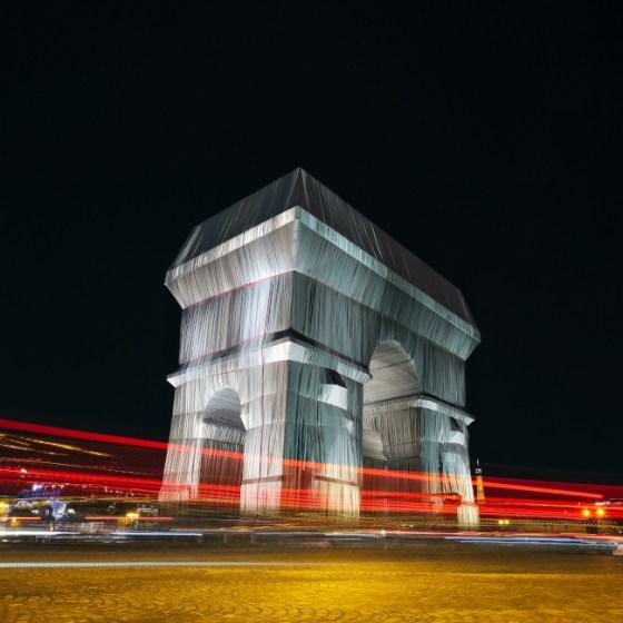 Триумфалната арка в Париж, покрита по проект на Кристо и Жан-Клод. Инсталацията ще остане в периода 18 септември до 3 октомври 2021 г. Снимка: __ Pratov, Unsplash