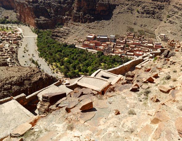 Vue du haut d'une coline sur la ville Assa