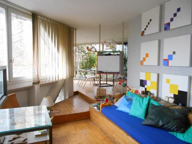 Appartement de Mr L., vue depuis l'entrée sur le salon et la terrasse au fond