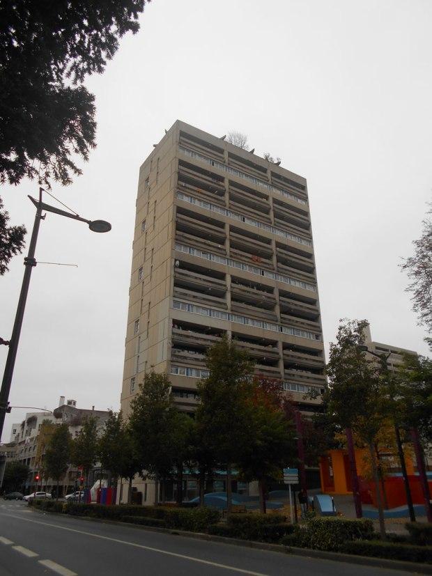 La tours Raspail a une architecture quasi identique à la cité Spinoza, mais verticale