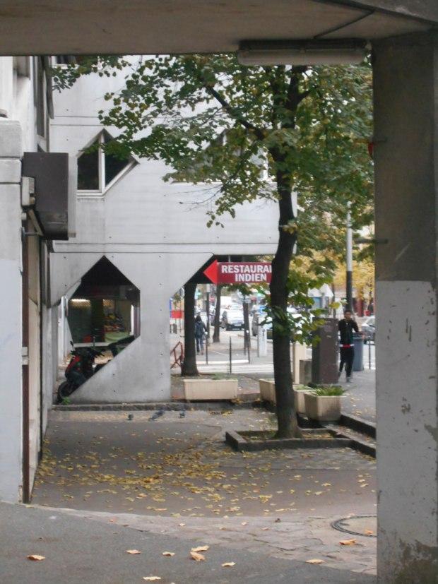 Les locaux d'activités au rez-de-chaussée s'insèrent dans la trame des logements
