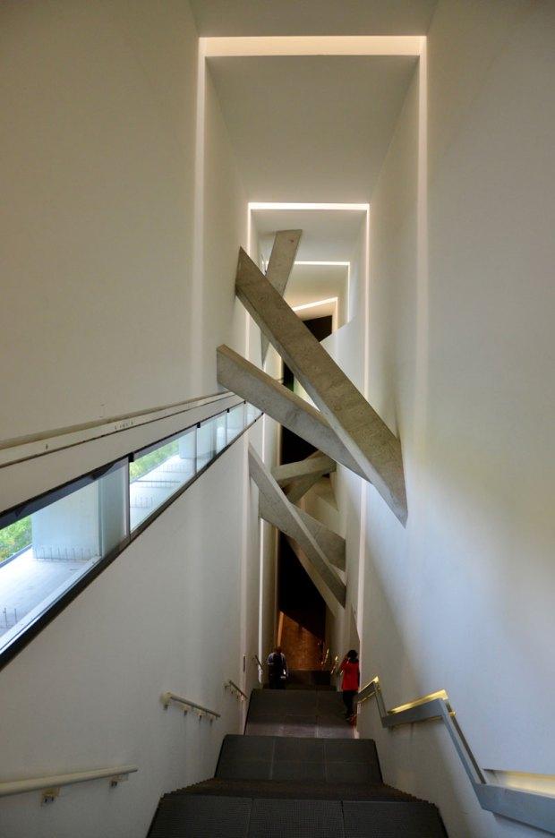 l'escalier vers l'exposition permanente