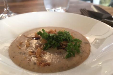 Amuse-bouche: velouté de pâte feuilleté et champignons, oignons croustillants.