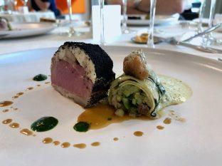 Filet d'agneau en coque d'anguille fumée courgette et estragon, ris d'agneau glacés