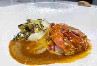 Homard rôti au beurre salé, tranche de chou-fleur caramélisé au curry