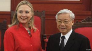 រដ្ឋមន្ត្រីក្រសួងការបរទេសសហរដ្ឋអាមេរិក Hillary Clinton ( ឆ្វេង ) និងអគ្គលេខាធិការបក្សកុម្មុយ និស្តវៀតណាម នៅរដ្ឋធានីហាណូយកាលពីថ្ងៃទី ១០ ខែកក្កដា ឆ្នាំ ២០១២ ។ រូបថត៖ Reuters