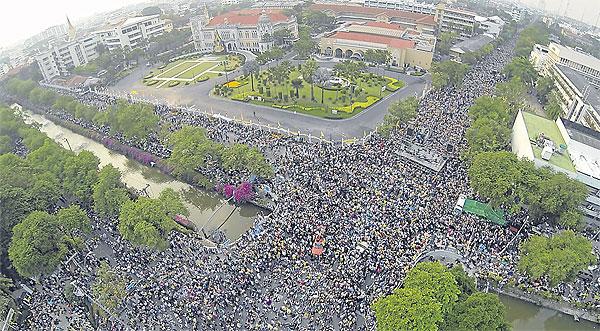 បាតុកម្មនៅបាងកក ថ្ងៃទី ១០ ខែធ្នូ ឆ្នាំ ២០១៣ ។ រូបថត SITHIKORN WONGWUDTHIANUN  / Bangkok Post